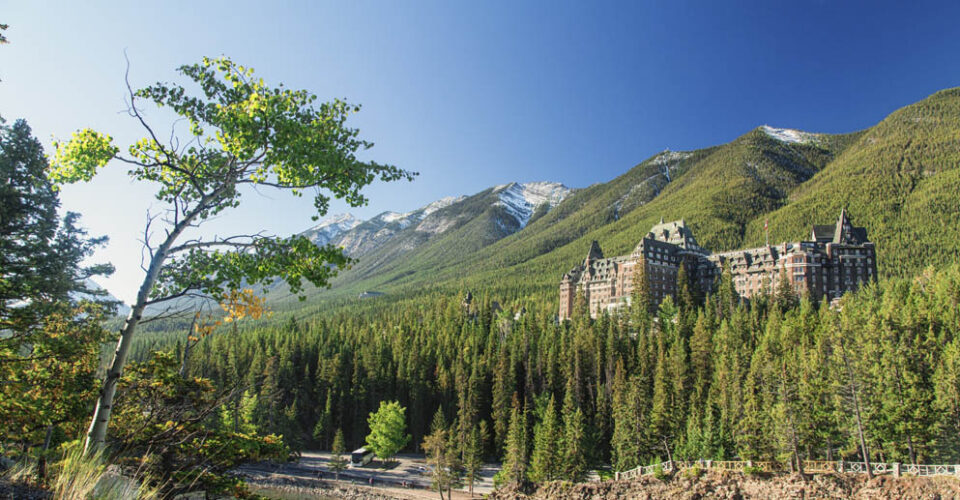 FAIRMONT'S BANFF SPRINGS AND CHATEAU LAKE LOUISE TEAM UP TO OFFER LONG-STAY GUESTS PRIVILEGES AND PERKS